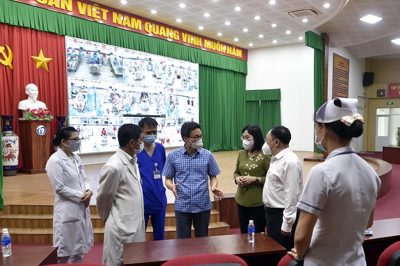 Phó Thủ tướng Vũ Đức Đam trao đổi với lãnh đạo Bệnh viện đa khoa Thống Nhất, hiện vừa điều trị cho bệnh nhân COVID-19, vừa khám chữa bệnh thông thường cho người dân - Ảnh: VGP/Đình Nam