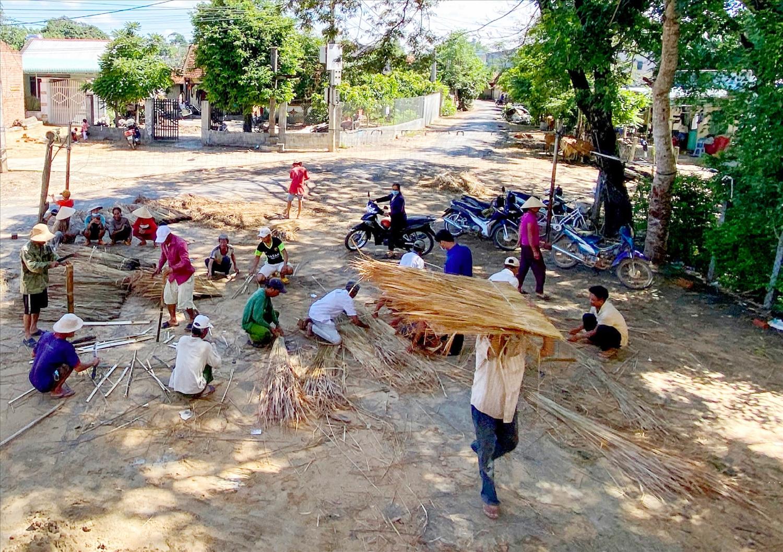 Người làng đoàn kết chung tay làm nhà Rông