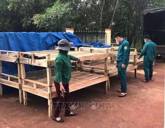 Giường do bà con đồng bào thiểu số X'tiêng ở ấp Sóc Răng, xã Thanh Bình (Hớn Quản, Bình Phước) làm tặng khu cách ly. Ảnh: TTXVN