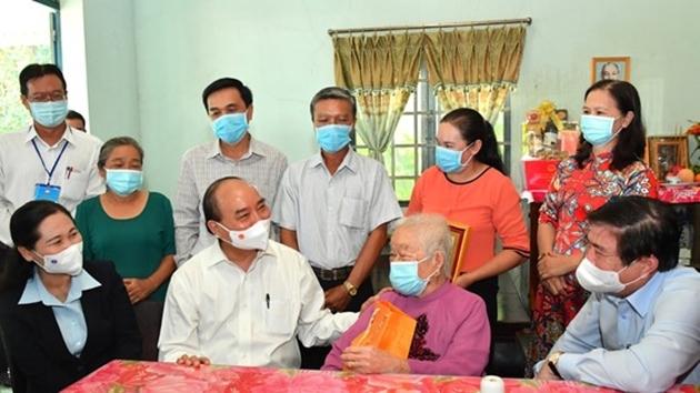 Chủ tịch nước Nguyễn Xuân Phúc thăm Mẹ Việt Nam Anh hùng Huỳnh Thị Sè. Ảnh: VD