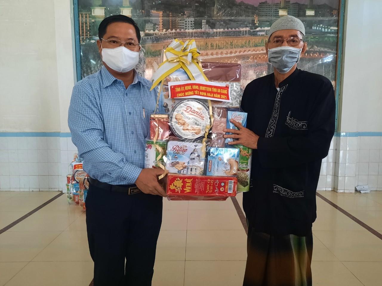 Ngành chức năng thăm tặng quà cộng đồng Chăm tại Thánh đường NekMah, xã Châu Phong, thị xã Tân Châu