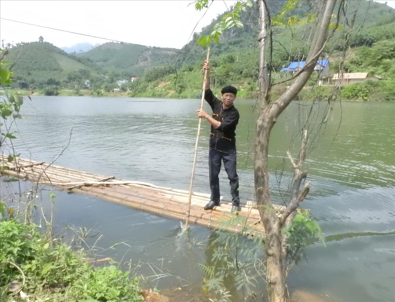 Người dân mạo hiểm chèo bè mảng và thuyền để đi lại