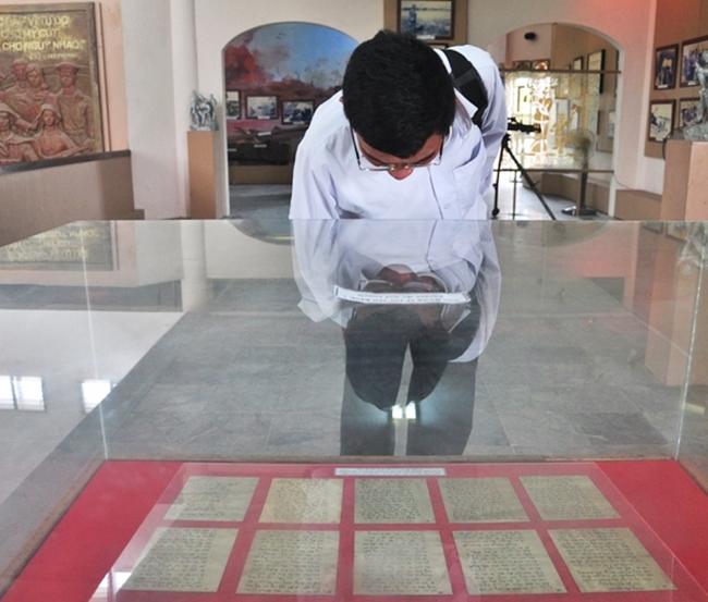 Bên bức thư thiêng của liệt sĩ Lê Văn Huỳnh, nhiều người xem vô cùng cảm động