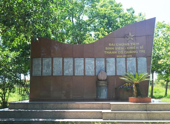 Đài tưởng niệm những sinh viên - chiến sĩ đã quên mình hy sinh trong trận 81 ngày đêm khói lửa năm 1972.