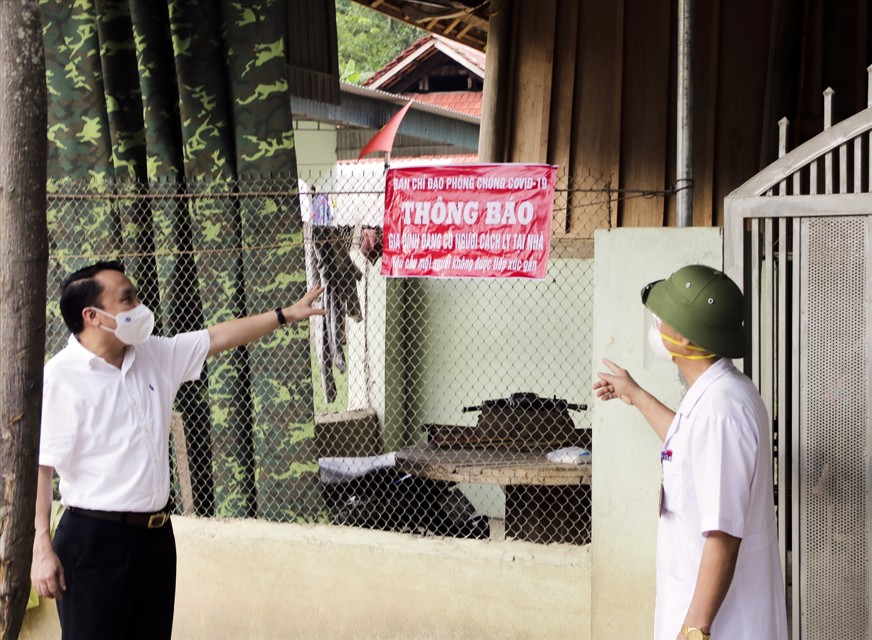 Trước cổng những hộ gia đình có trường hợp thuộc diện cách ly tại nhà đều có bảng thông báo