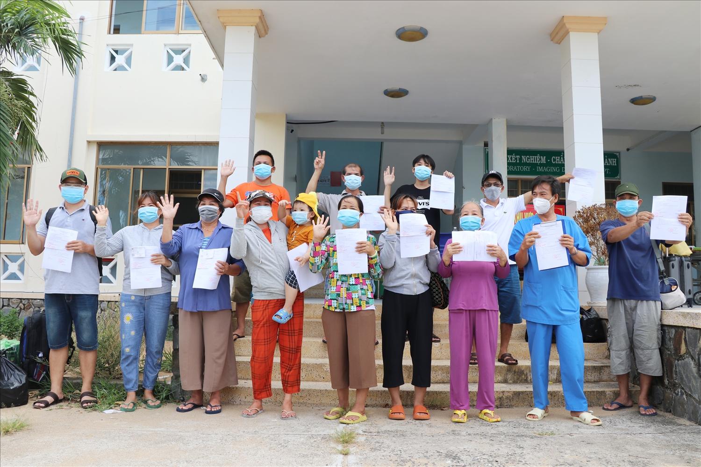 Các bệnh nhân đã điều trị khỏi Covid-19 được trao giấy xuất viện