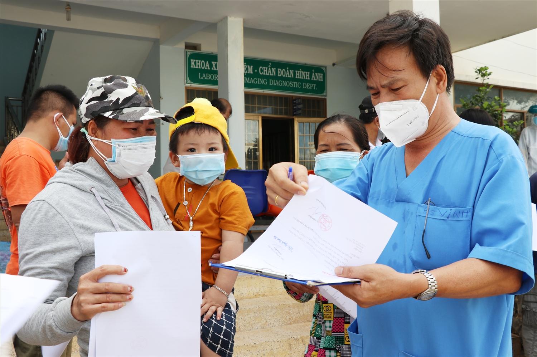 Lãnh đạo Bệnh viện dã chiến thị xã Đông Hòa hướng dẫn bệnh nhân về cách ly tại nhà