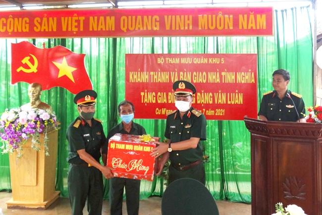 Thiếu tướng Trương Hồng Quang , Phó Tham mưu trưởng Quân khu 5 trao quà tặng gia đình ông Đặng Văn Luân
