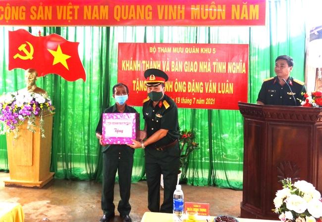 Thượng tá Trần Minh Trọng, Chính uỷ Bộ CHQS tỉnh Đắk Lắk tặng quà cho gia đình