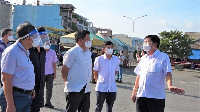 Thứ trưởng Trần Thanh Nam (thứ 3 từ phải sang) khảo sát tình hình tại các chợ đầu mối của TP. Hồ Chí Minh