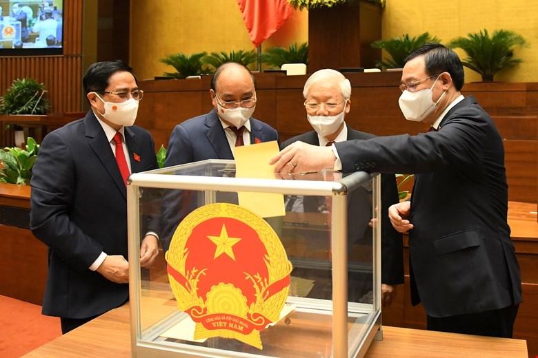Các vị lãnh đạo Đảng, Nhà nước bỏ phiếu bầu Thủ tướng Chính phủ