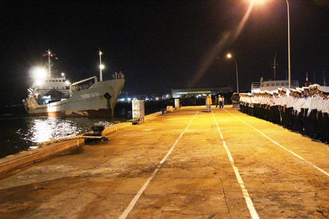 Tàu Trường Sa 04 cập cảng đưa thi thể Thiếu tá Nguyễn Văn Tài vào đất liền