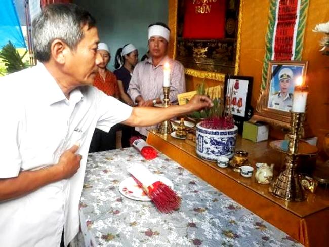 Lãnh đạo xã Võ Ninh đến thắp hương tiễn biệt thiếu tá Nguyễn Xuân Tài. (Ảnh do gia đình cung cấp)