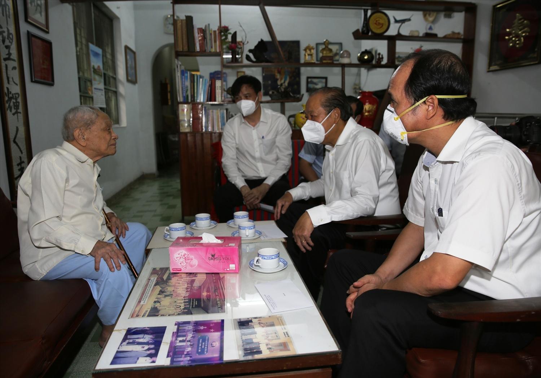 Phó Thủ tướng Thường trực Chính phủ Trương Hòa Bình thăm đồng chí Nguyễn Thọ Trân. Ảnh: VGP/Mạnh Hùng