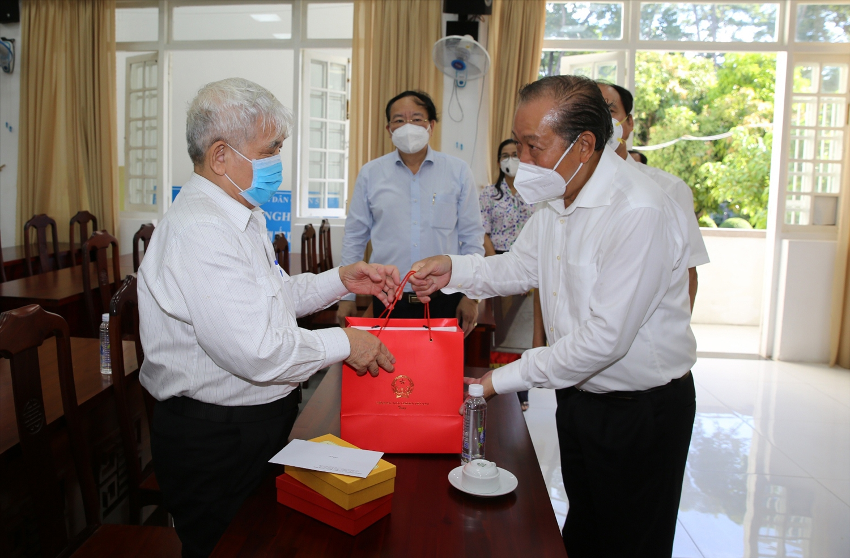 Phó Thủ tướng Thường trực Chính phủ Trương Hòa Bình tặng quà thương binh Võ Văn Lao. Ảnh: VGP/Mạnh Hùng