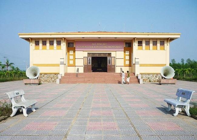 Bảo tàng bên sông Bến Hải