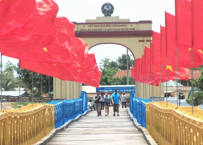 Rất nhiều người nước ngoài đến cầu Hiền Lương để tham quan