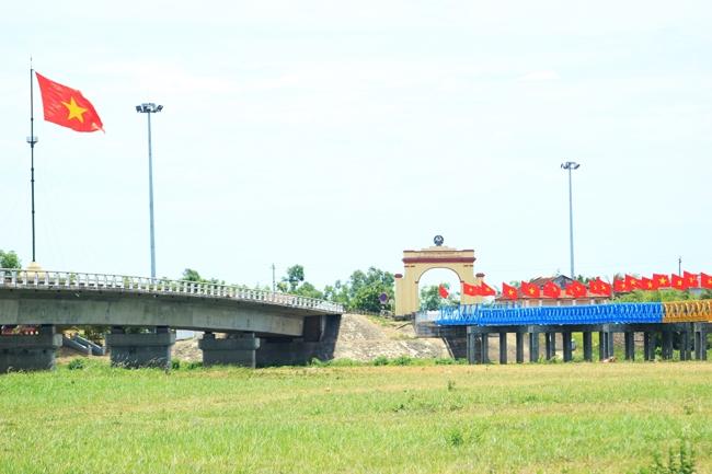 Cầu Hiền Lương mới (trái) và cũ (phải)