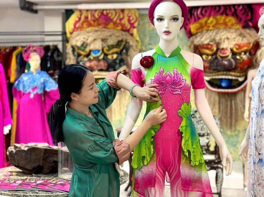 Nhà thiết kế Vũ Lan Anh đang thiết kế trang phục cho diễn viên