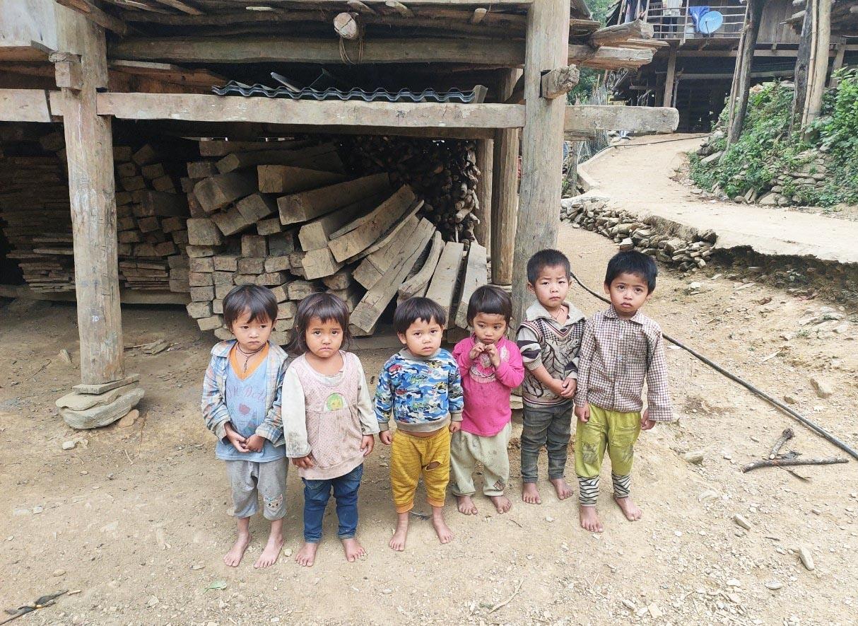 Tỷ lệ suy dinh dưỡng thấp còi ở trẻ em DTTS rất ít người còn rất cao (Trong ảnh: Thể trạng thấp nhỏ của học sinh dân tộc Mảng ở điểm trường Huổi Suổng, Trường Mầm non Vàng San, huyện Mường Tè, tỉnh Lai Châu).