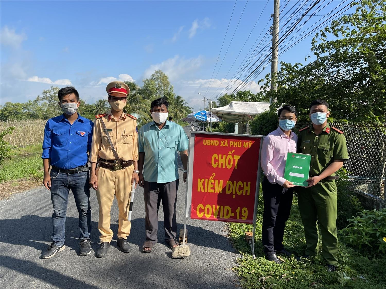 Công đoàn cơ sở NHCSXH tỉnh Sóc Trăng thăm hỏi, tặng quà các chốt kiểm soát dịch Covid-19 tại xã Phú Mỹ, huyện Mỹ Tú