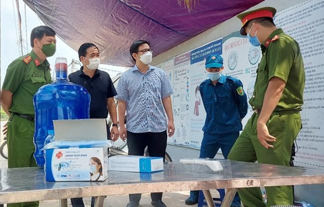 Bí thư Huyện ủy Chương Mỹ Nguyễn Văn Thắng (người đeo kính, đứng giữa) kiểm tra chốt phòng, chống dịch Covid-19 tại xã Phụng Châu