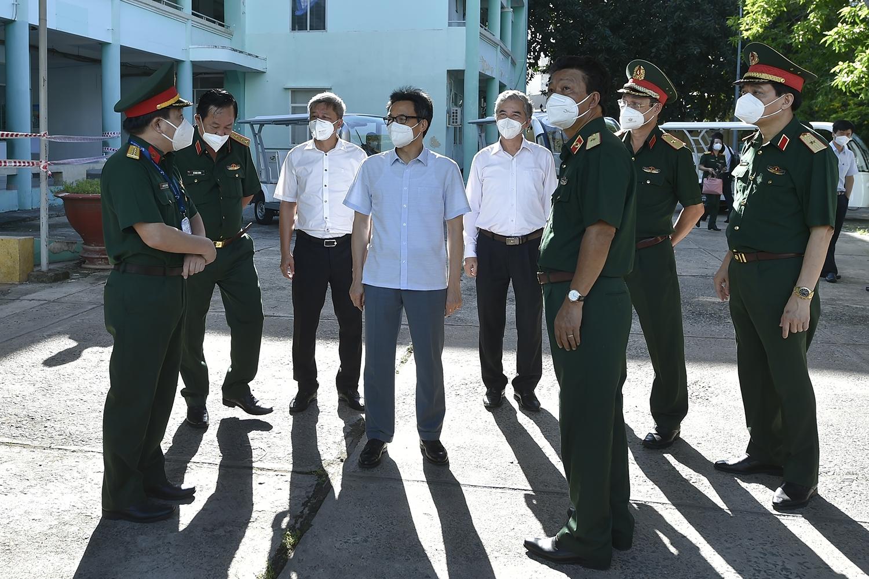 Phó Thủ tướng Vũ Đức Đam thị sát Trung tâm điều trị bệnh nhân COVID-19 tại BV Quân y 175 với 200 giường. Ảnh: VGP/Đình Nam