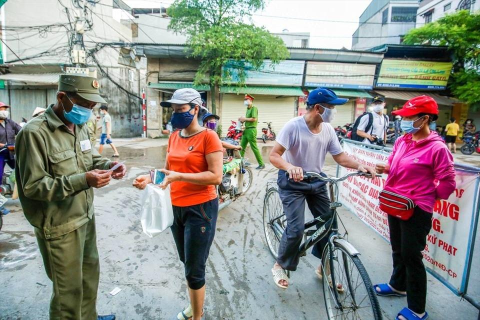 Người dân phường Nhật Tân vào chợ dân sinh sẽ phải trình phiếu đi chợ. Ảnh: TG