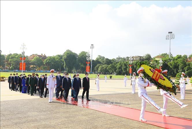 Đoàn đại biểu lãnh đạo Đảng, Nhà nước, Mặt trận Tổ quốc Việt Nam đặt vòng hoa và vào Lăng viếng Chủ tịch Hồ Chí Minh. Ảnh: Nguyễn Điệp/TTXVN.