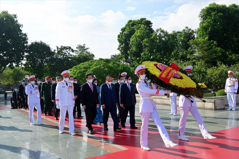 Lãnh đạo Đảng, Nhà nước, Quốc hội tưởng niệm các Anh hùng liệt sĩ. Ảnh CP