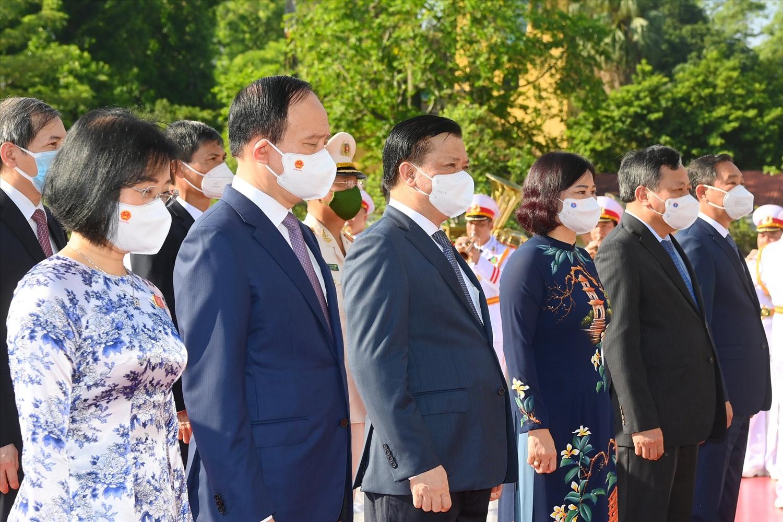 Đoàn đại biểu Bộ Lao động-Thương binh và Xã hội; Thành ủy, Hội đồng nhân dân, Ủy ban nhân dân, Ủy ban Mặt trận Tổ quốc Việt Nam thành phố Hà Nội. Ảnh CP