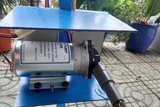 Anh Nguyễn Minh Tâm ở xã Phú An, thị xã Bến Cát, tỉnh Bình Dương sáng chế phun sát khuẩn tự động. Ảnh: TTXVN