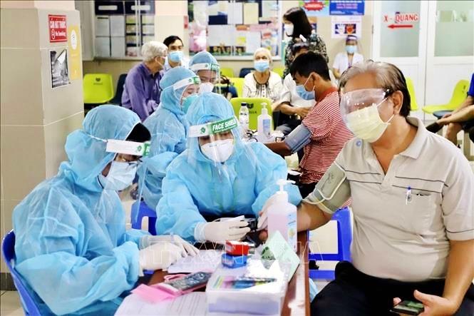 Lực lượng y tế TP Hồ Chí Minh khám sàn lọc trước khi tiêm vaccine phòng COVID-19 cho người trên 65 tuổi, người mắc bệnh mãn tính, người thuộc diện chính sách, có công. Ảnh: Hồng Giang/TTXVN