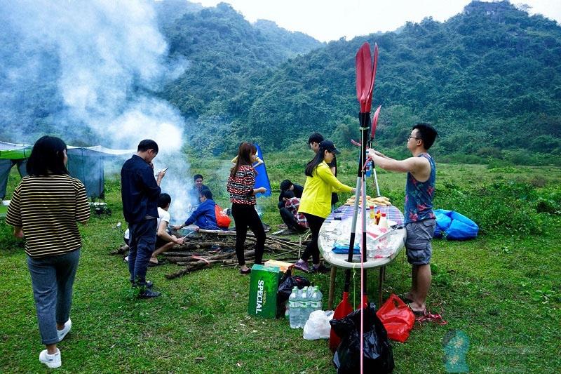 Dựng trại đốt lửa ngoài trời và tham gia vào các trò chơi vui nhộn...