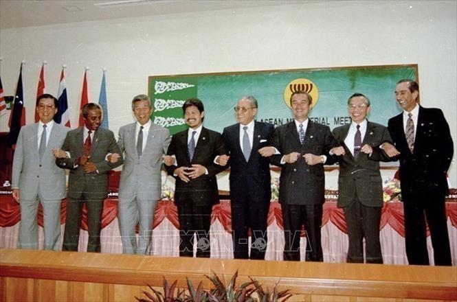 Bộ trưởng Ngoại giao Nguyễn Mạnh Cầm (thứ hai, từ phải sang), Tổng Thư ký ASEAN và các Bộ trưởng Ngoại giao ASEAN tại cuộc họp kết nạp Việt Nam trở thành thành viên chính thức thứ bảy của ASEAN, ngày 28/7/1995, tại Thủ đô Bandar Seri Begawan (Brunei). Ảnh: Trần Sơn/TTXVN