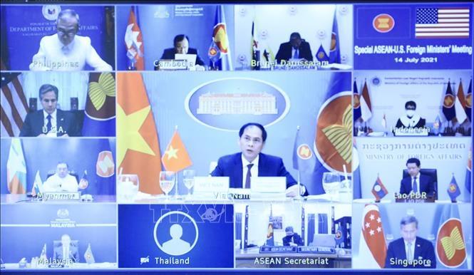 Bộ trưởng Ngoại giao Bùi Thanh Sơn (Việt Nam) cùng Bộ trưởng Ngoại giao các nước ASEAN và Hoa Kỳ dự hội nghị trực tuyến. Ảnh: Lâm Khánh/TTXVN