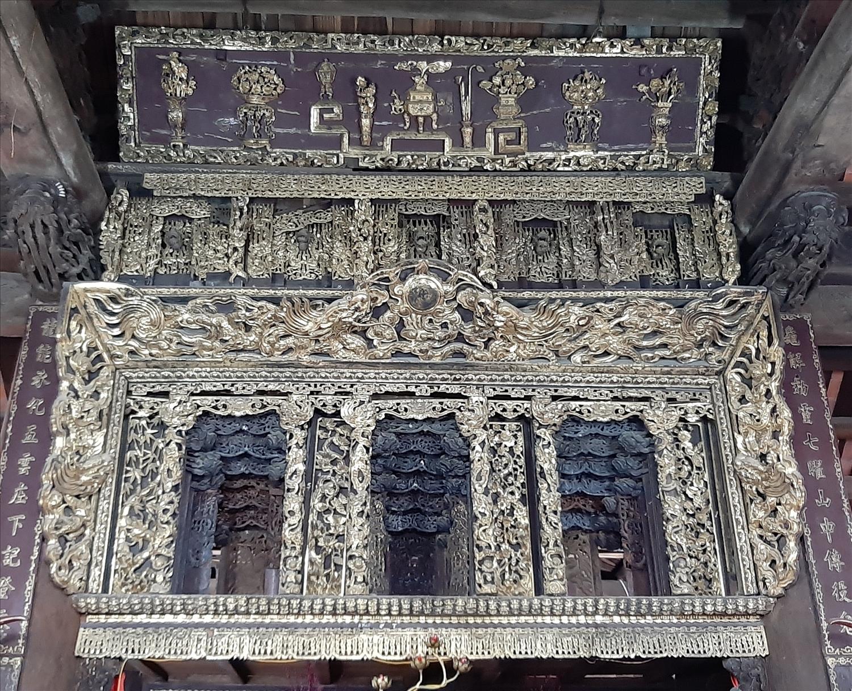 Cửa Võng đình Thổ Hà, được chạm trổ tinh xảo và sơn son thếp vàng rực rỡ