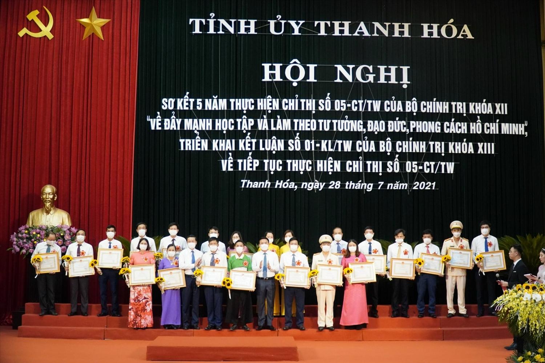 Các tập thể được nhận Bằng khen của Chủ tịch UBND tỉnh vì đã có thành tích xuất sắc trong học tập và làm theo tư tưởng, đạo đức, phong cách Hồ Chí Minh