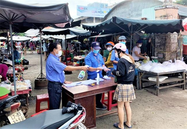 Người dân vào chợ Tân An, TP. Buôn Ma Thuột được kiểm soát chặt chẽ