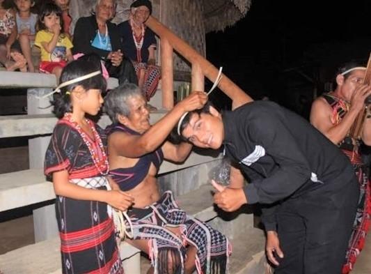 Du khách đến làng Ta Lang đều được chào đón bằng nghi thức nhập làng để trở thành người của làng- Ảnh: Pơloong Plênh