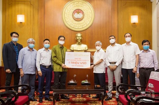 Chủ tịch Uỷ ban Trung ương MTTQ Việt Nam Đỗ Văn Chiến tiếp nhận ủng hộ từ Công ty TNHH JAPFA COMFEED Việt Nam
