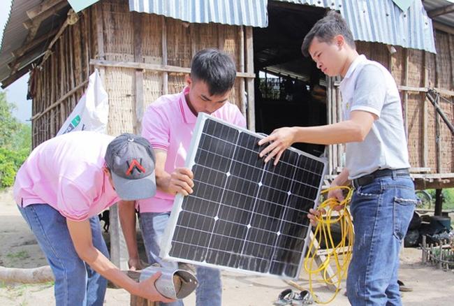 Lắp đặt điện năng lượng mặt trời cho đồng bào DTTS ở làng Canh Giao, xã Canh Hiệp, huyện Vân Canh. (Ảnh chụp trước ngày 27/4/2021)