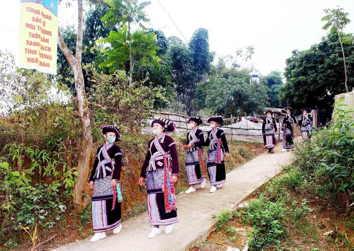 Niềm vui của bà con bản Nậm Bó, xã Lùng Thàng (Sìn Hồ) trên con đường NTM