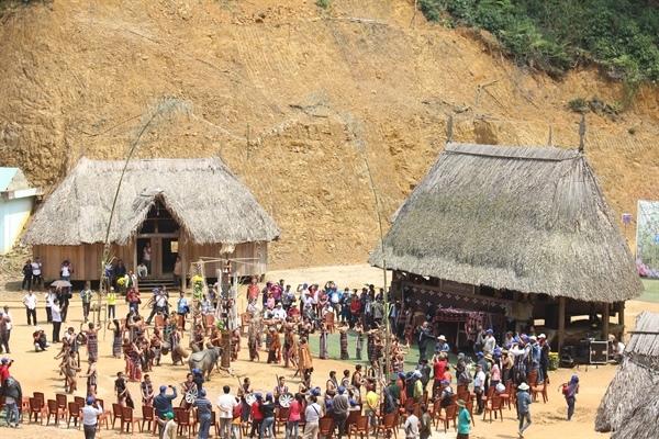Du khách cùng tham gia điệu múa truyền thống của đồng bào Cơ tu dưới mái nhà Gươl - Ảnh: Pơloong Plênh
