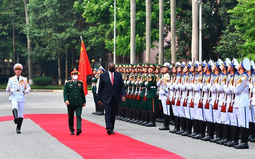 Bộ trưởng Phan Văn Giang và Bộ trưởng Lloyd Austin duyệt Đội danh dự QĐND Việt Nam - Ảnh: QĐND