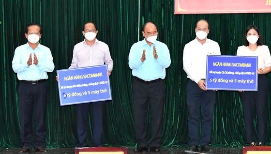 Chủ tịch nước hỗ trợ phòng chống dịch cho huyện Hóc Môn, Củ Chi. Ảnh: Báo SGGP