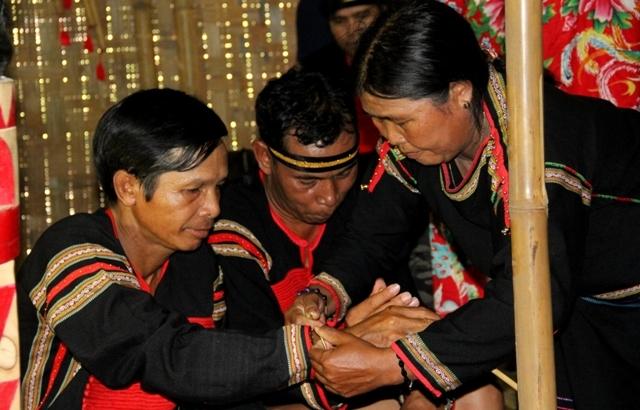 Nghi thức đeo vòng đồng trong Lễ kết nghĩa