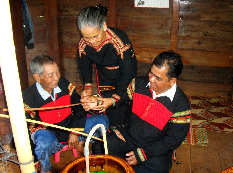 Vòng đồng còn là món quà ý nghĩa được các thành viên trao nhau trong các nghi lễ
