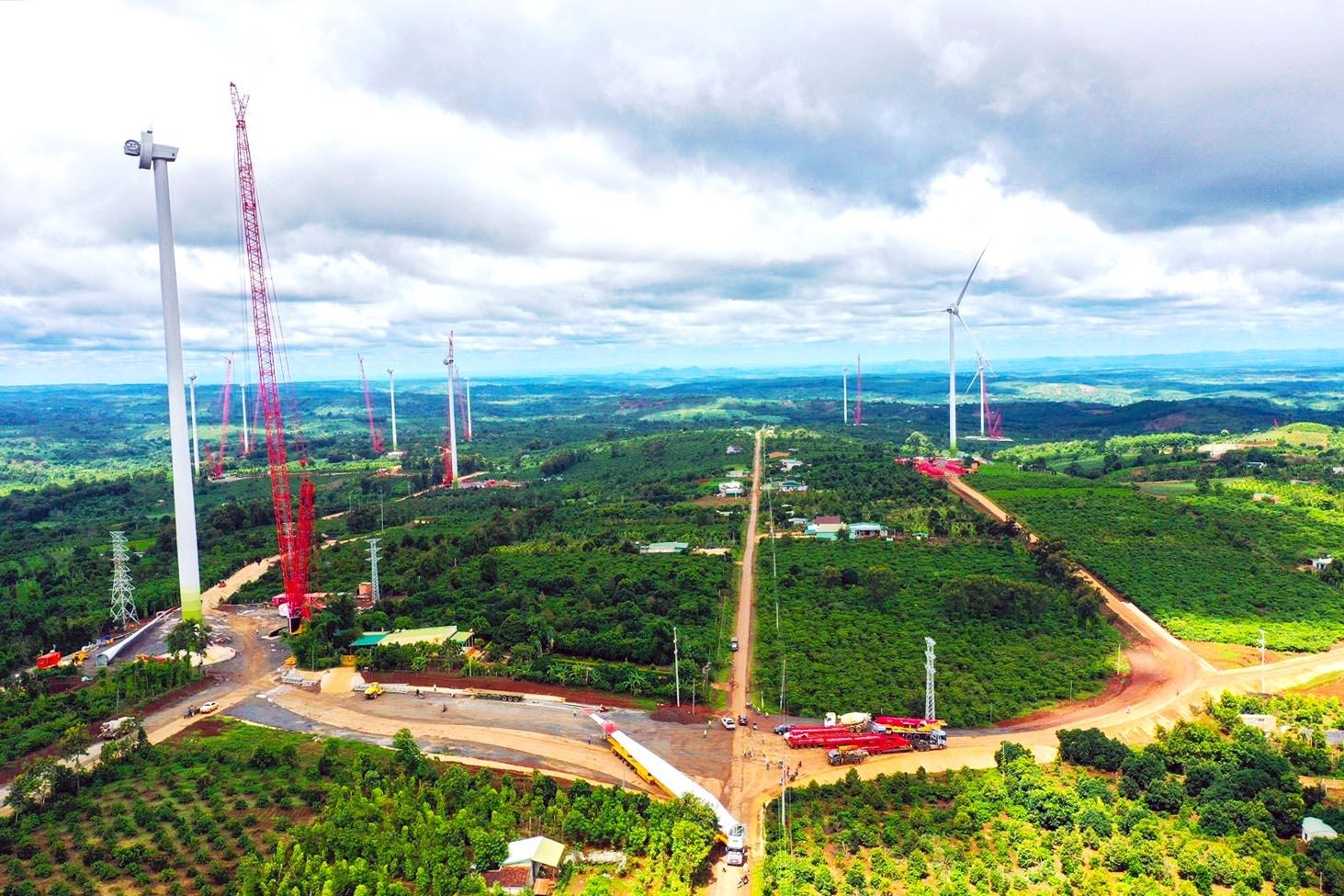 Công trường Dự án điện gió EaNam nằm trên tổng thể diện tích 6.000 ha, nên việc thi công bảo đảm hạn chế tập trung đông công nhân 1 chỗ