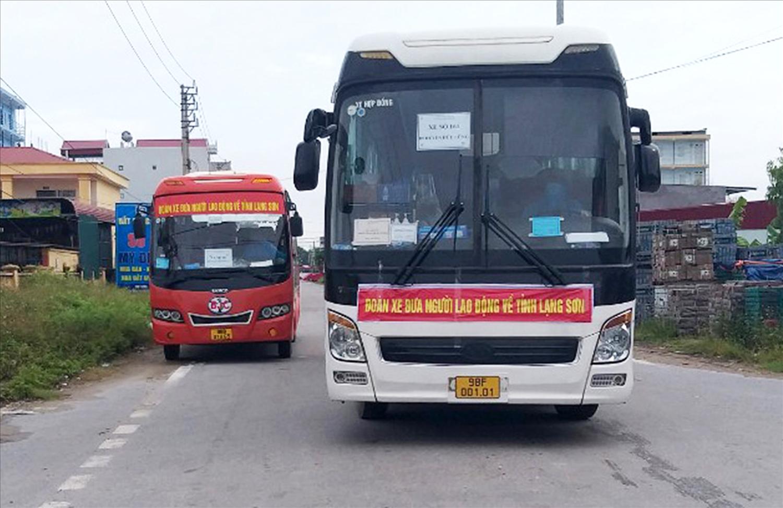 Xe ô tô đón công nhân từ vùng có dịch trở về Lạng Sơn